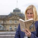 Stuttgart liest ein Buch - Leserin vor dem Neuen Schloss