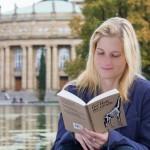Stuttgart liest ein Buch - Leserin vor der Oper