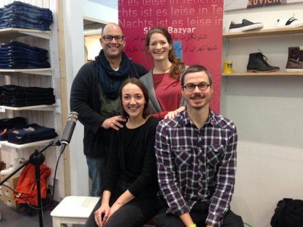 """""""Die Familie"""", die bei den beliebten Ladenlesungen vorgelesen hat. Paul-Omid Eftekhari, Johanna-Maria Zehendner (stehend), Chantal Busse und Fabian Neidhardt (sitzend)"""