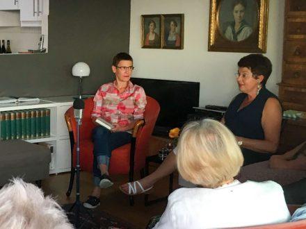 Odile Kennel (links) und Moderatorin Astrid Braun bei der Lesung (Foto: Tischer)