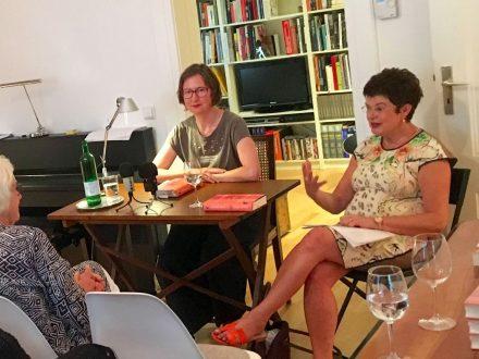 Verena Boos (links) und Moderatorin Astrid Braun bei der Lesung (Foto: Tischer)