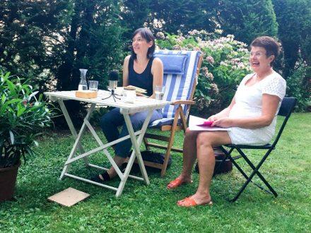 """Friederike Gösweiner (links) liest aus """"Traurige Freiheit"""". Moderation: Astrid Braun. (Foto: Tischer)"""