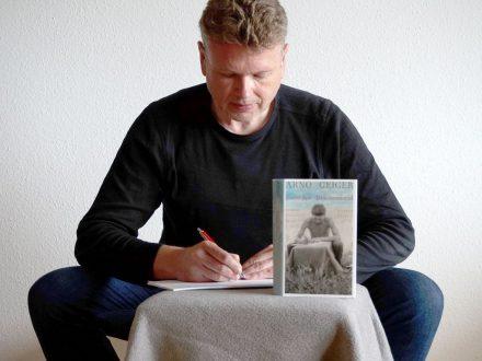 """""""Das vielschichtige uns sprachlich beeidnruckende Buch lässt uns im September alle unter der Drachenwand stehen und ehrfürchtig hinaufblicken"""".Wolfgang Tischer über den Roman über den Roman von Arno Geiger."""